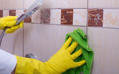 Nettoyer l'intérieur d'une douche affectée par l'eau dure